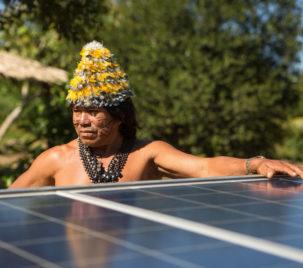 Povo mundurucu e ativistas do Greenpeace instalam painéis solares nas aldeias Sawré Muybu e Dace Watpu, na região do Rio Tapajós, no Pará (Foto: Otávio Almeida/Greenpeace)